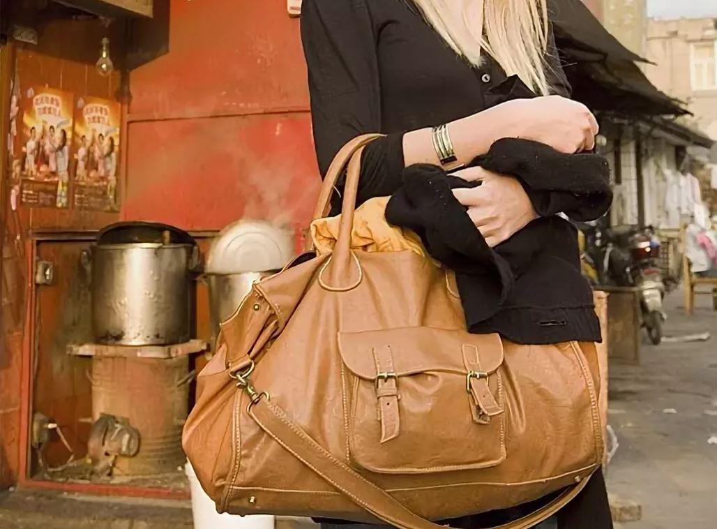 Носить большие сумки вредно для здоровья